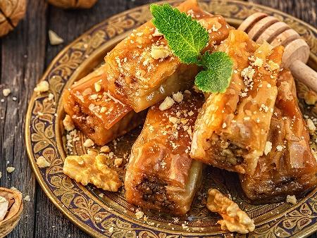 Сиропирана сладка баница с готови точени кори, локум и орехи - снимка на рецептата